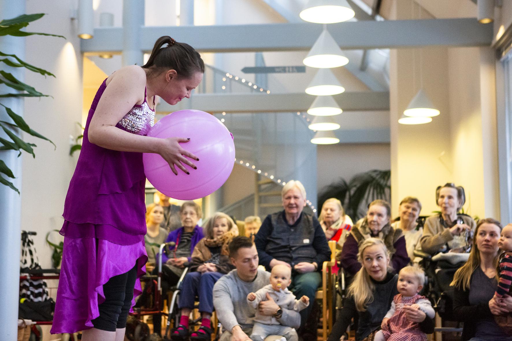 Vauvojen ja vanhusten yhteinen taide-elämys tuo merkittävän kokemuksen kaikille osallistujille