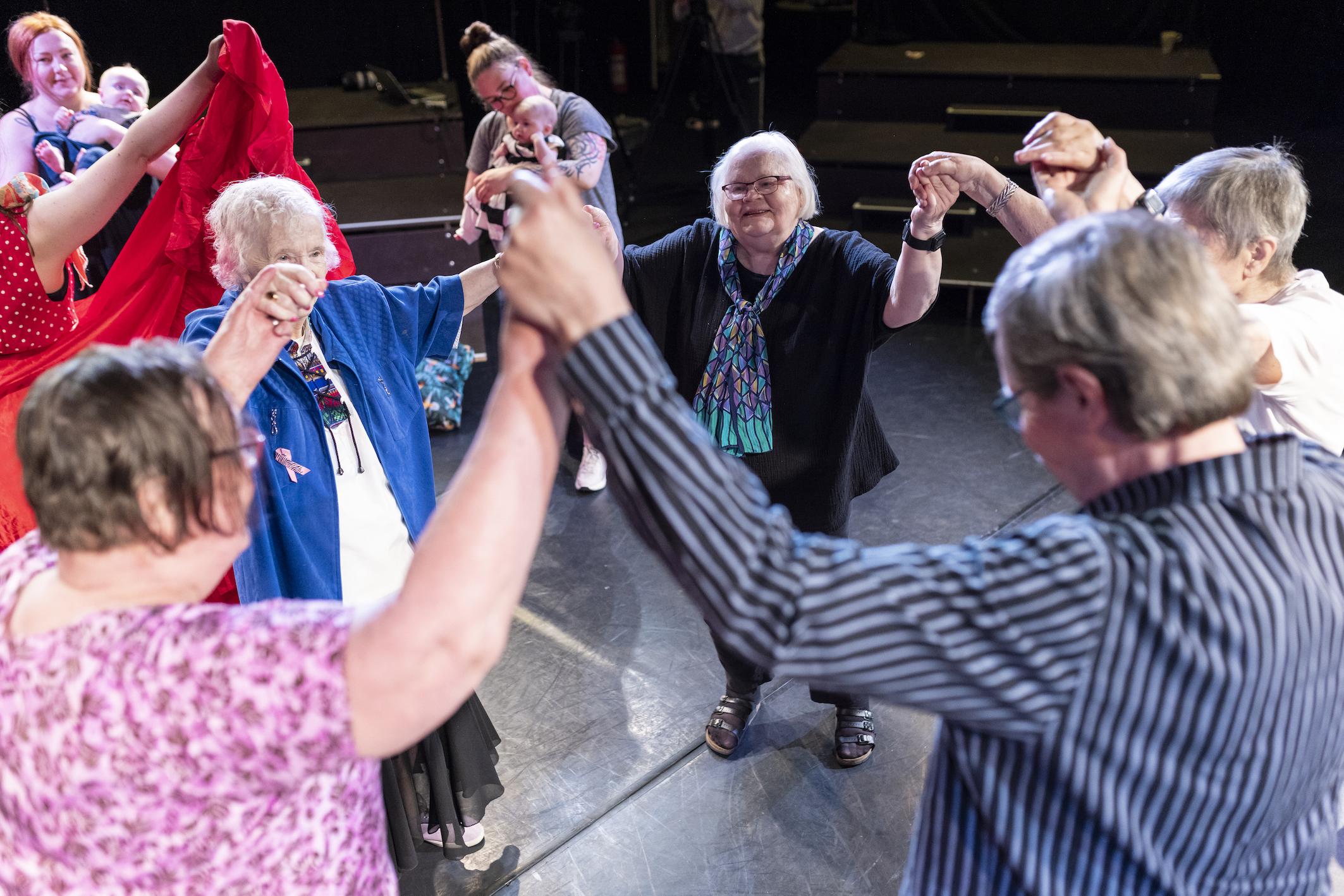OSIRIS teatterin Loiske Ensemblen pilottihanke Vahva ja hellä – ikä ja yhteys käynnistyy syyskuussa
